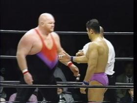 握手に行く高田に、