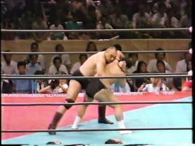 相撲出身のカーンがバックを取る