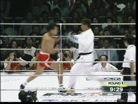 吉田大きく踏み込んでの右ローに、