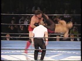 代わった山崎は蹴り足を預けてのハイキックから、
