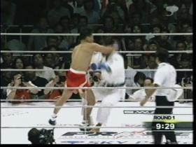 吉田が腰から落ちた為、返しの右は不発、