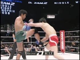 蹴り足を取って田村はテイクダウン狙いから、
