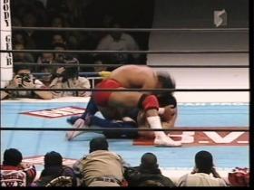 武藤は頭突きの連打で脱出し、