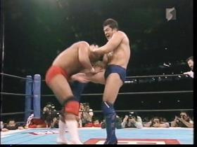 高田は膝蹴りから、
