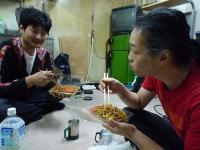 g村山義光氏と弟子Yabちゃん焼きそばを食べる