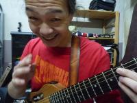 g村山義光氏。生徒さんにプレゼントされたギターストラップ