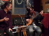 g村山義光氏とトラベラーギターを弾くg木下良介さん