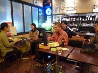 g村山義光講師とギター受講者と観覧者