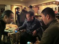 g村山義光氏と東京からのお客様と二番弟子さんが携帯に夢中