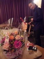 千賀さんからバースディ花束を頂いたg村山義光氏。