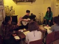 g村山義光講師とギター受講者とボーカル受講者