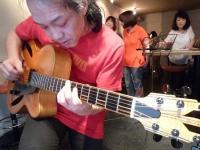 ギター参加者のギターに夢中のg村山義光氏