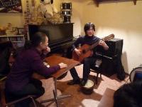 お客様のクラシックギター演奏を聴くg村山義光氏