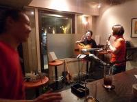 ホストvo山下みさ子さんとギター参加者と見守るg村山義光氏