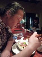 北新地【椅子に座ったNEKOO】の美味しい料理を食べる村山義光氏