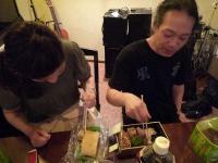 村山講師が受講者のかたからの美味しい差し入れを食べる