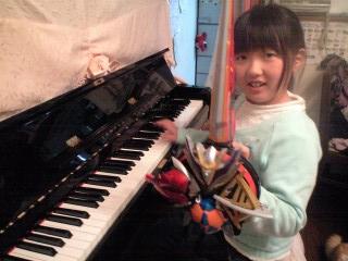 100211ピアノ前の実織デンカメンソード
