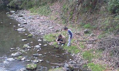100401川にて直くんと直くんママ