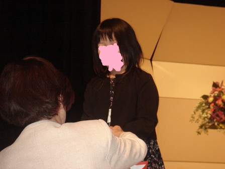 DSC02147ピアノ発表会ばあばにプレゼント貰う実織