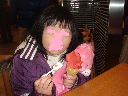 DSC02165三芳でアイスを食べる実織