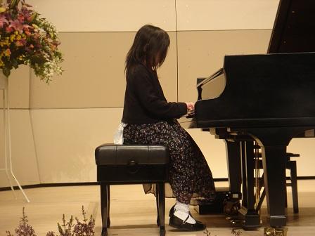 DSC02142ピアノ発表会演奏中実織2