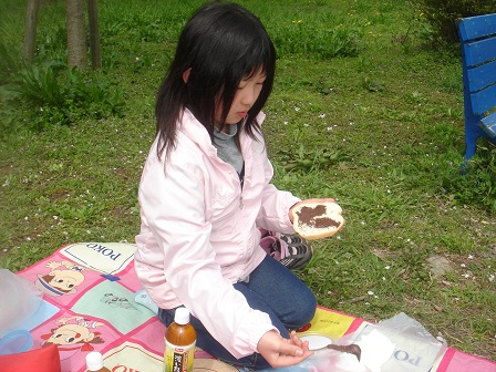 DSC02215智光山シートチョコクリームを塗る実織○