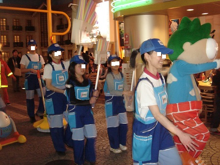 DSC02438キッザニアパレード歩く実織○
