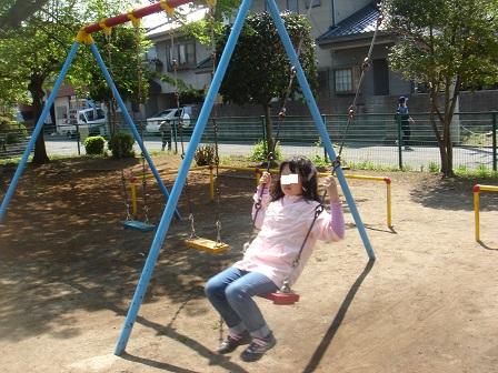 DSC02558チャリ橋場公園ブランコ実織○