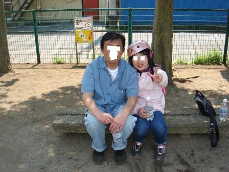 DSC02633公園での実織とパパ○