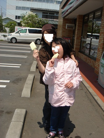 DSC02639セブンでアイスを食べる実織と咲○