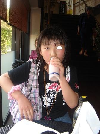 DSC02853いちご牛乳飲む実織