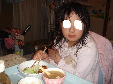 DSC02879ご飯を食べる実織とルルたん
