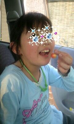 100525さくらんぼ食べる実織-0001