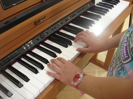 DSC03245ピアノ弾く実織の手○