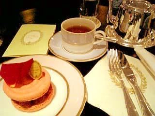 LADUREE SALON DE THE イスパハン+紅茶