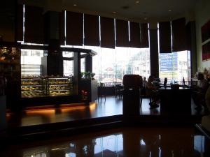 05 Holiday Inn cafe