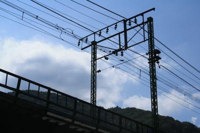 上り線。トロリ線支持の棒がまっすぐな所がレトロ