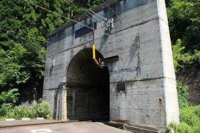 新清水トンネル出口。中も覗けるがミンチにならないように