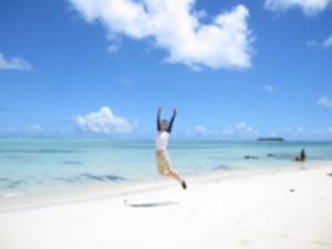 ビーチでジャンプ