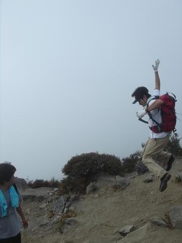 頂上ではやっぱり跳びたくなるのが人情ですわ。
