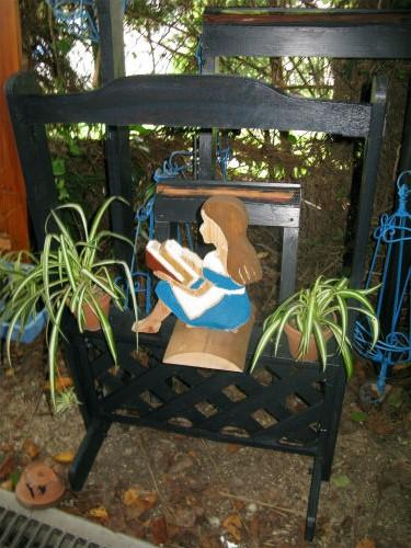 本を読むアリス