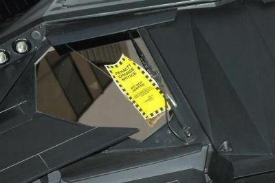 バットモービルのワイパーに挟まれた駐禁キップの写真