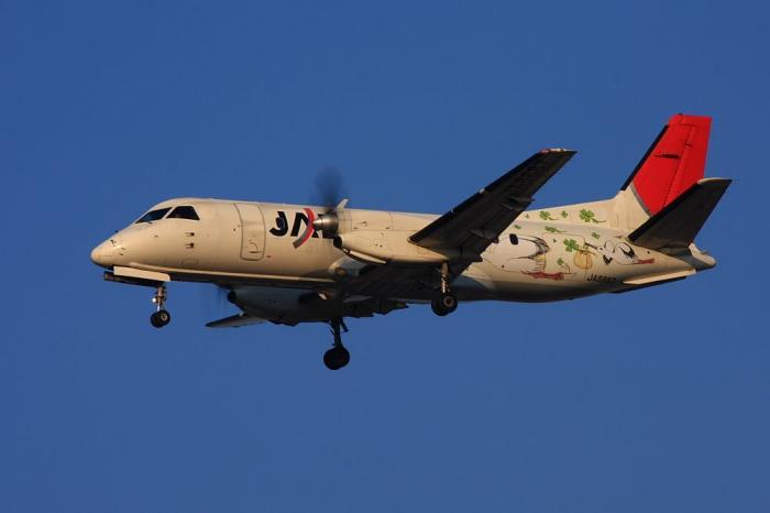 JAC SAAB340 JAC2314@RWY32Lエンド千里川土手(by 40D with EF100-400/4.5-5.6L IS)