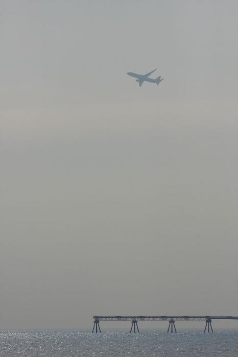 JAL B737-846 JAL372@@新門司マリーナ付近臨海公園(by 40D with EF100-400/4.5-5.6L IS)