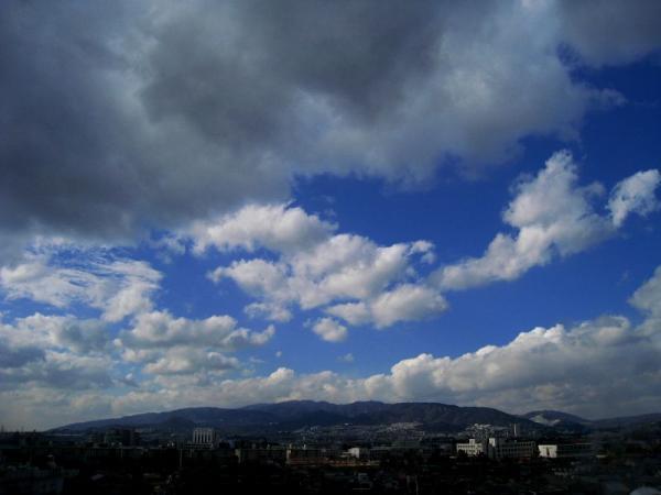 今日昼の六甲山方面の空(by IXY DIGITAL 910IS)