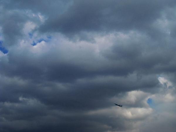 離陸直後のB7と雲(by IXY DIGITAL 910IS)