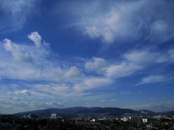 今日の六甲山方面の空(by IXY DIGITAL 910IS)