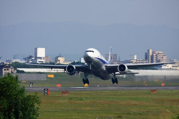 ANA B777-281 ANA32@RWY14Rエンド(by 40D with EF100-400/4.5-5.6L IS)