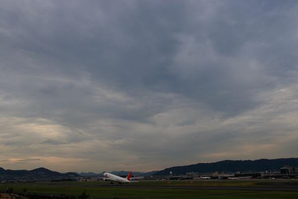 去年の今日・・・曇りの夕空 with JAL B777-246 JAL128@スカパ(by KDX with SIGMA18-50/2.8EX)