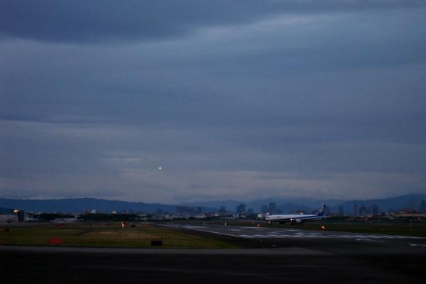 夕方の空港@エアフロントオアシス(by IXY DIGITAL 910IS)